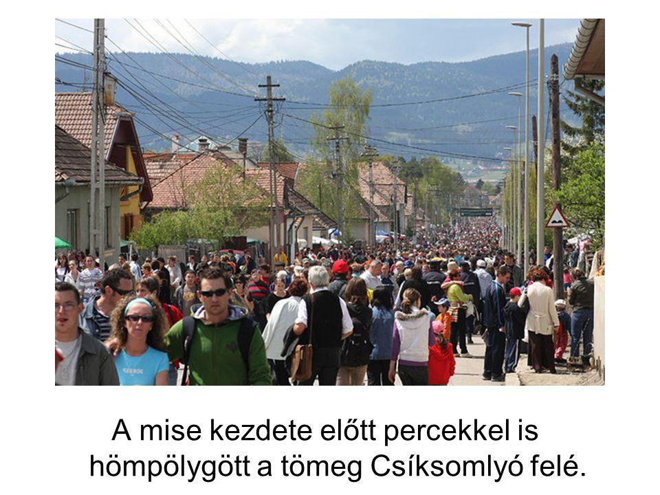 A mise kezdete előtt percekkel is hömpölygött a tömeg Csíksomlyó felé.