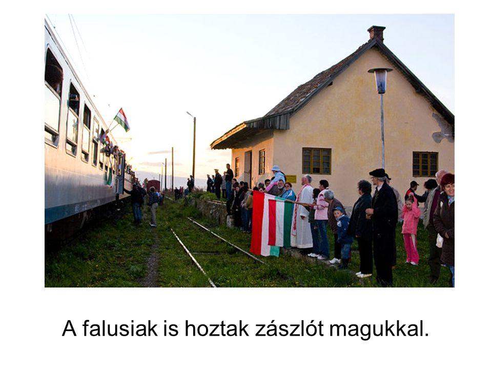 A falusiak is hoztak zászlót magukkal.