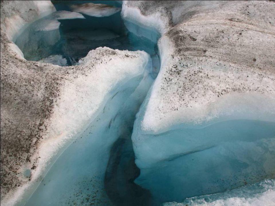 Kék színű kristályos jégtömbök