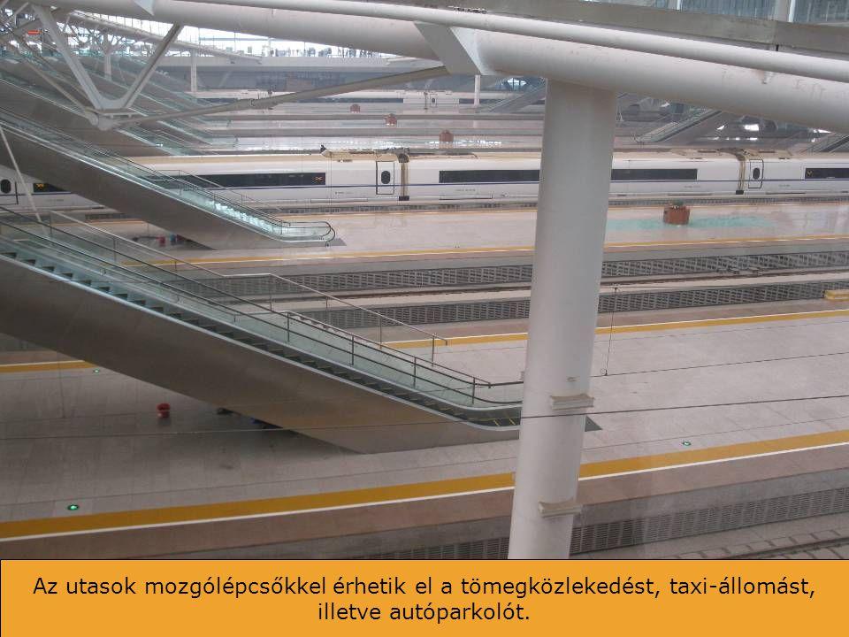 Kilátás a váróteremből. Az utasok csak a vonat érkezése után mehetnek a peronokra.