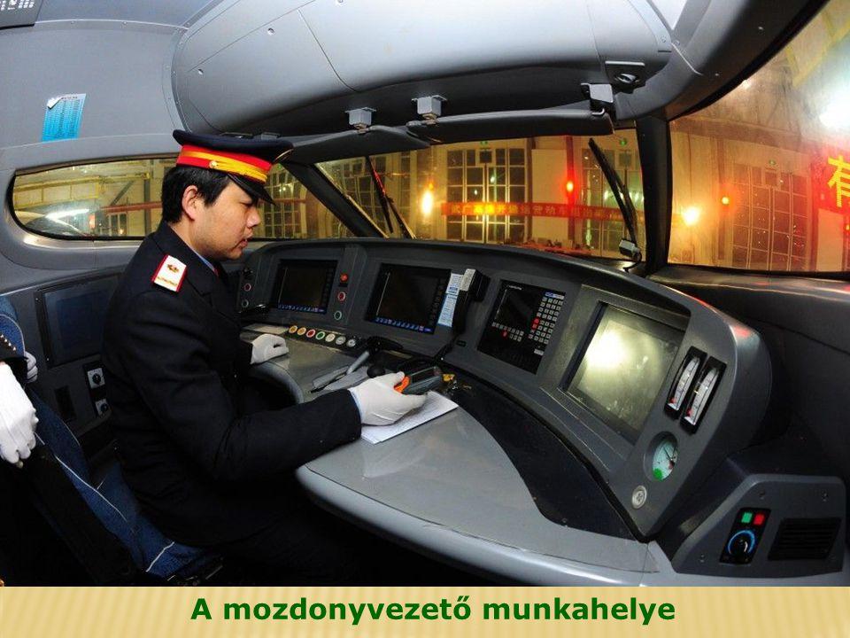 Az utasok mozgólépcsőkkel érhetik el a tömegközlekedést, taxi-állomást, illetve autóparkolót.