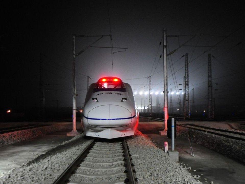 A következő állomás neve, pontos idő, kocsi száma és a pillanatnyi sebesség : 354 km/ó