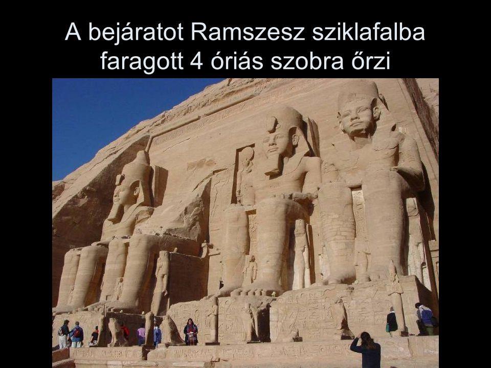 A bejáratot Ramszesz sziklafalba faragott 4 óriás szobra őrzi