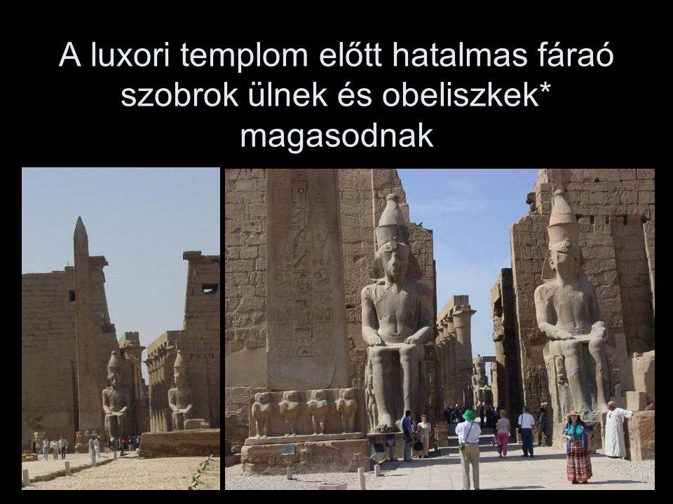 A luxori templom előtt hatalmas fáraó szobrok ülnek és obeliszkek* magasodnak