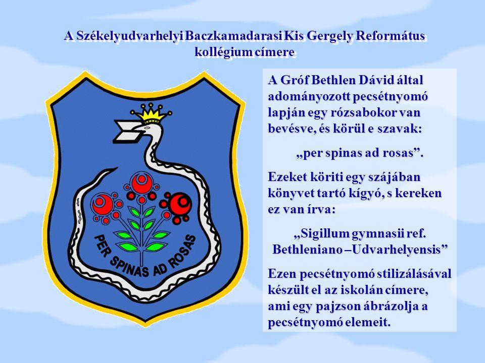 """A Gróf Bethlen Dávid által adományozott pecsétnyomó lapján egy rózsabokor van bevésve, és körül e szavak: """"per spinas ad rosas"""". Ezeket köriti egy szá"""
