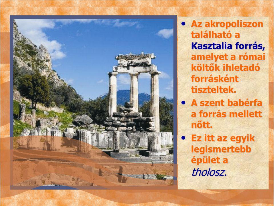 Az akropoliszon található a Kasztalia forrás, amelyet a római költők ihletadó forrásként tiszteltek. A szent babérfa a forrás mellett nőtt. Ez itt az