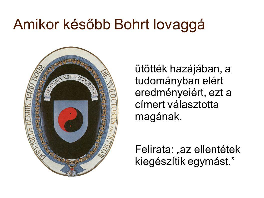 """Amikor később Bohrt lovaggá ütötték hazájában, a tudományban elért eredményeiért, ezt a címert választotta magának. Felirata: """"az ellentétek kiegészít"""