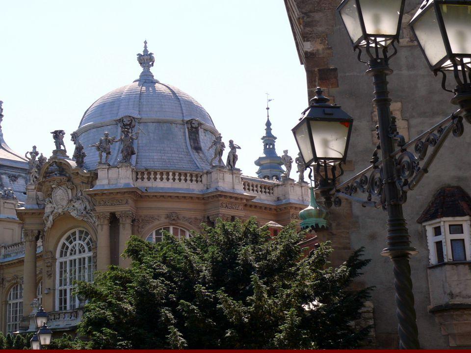 """A barokk építészet jellemzői: díszes templomok díszes templomok hatalmas, rendezett parkok hatalmas, rendezett parkok egymás után folyosószerűen fűzött hatalmas terek egymás után folyosószerűen fűzött hatalmas terek hullámvonal, csigavonal, kagyló hullámvonal, csigavonal, kagyló erőteljes fény-árnyék hatás erőteljes fény-árnyék hatás pompa, ünnepélyesség, aranyozás pompa, ünnepélyesség, aranyozás látszatkupola, """"égbe nyíló freskók látszatkupola, """"égbe nyíló freskók sok oszlop, gyakran csavart sok oszlop, gyakran csavart kovácsoltvas kapuk, kerítések, rácsok kovácsoltvas kapuk, kerítések, rácsok"""