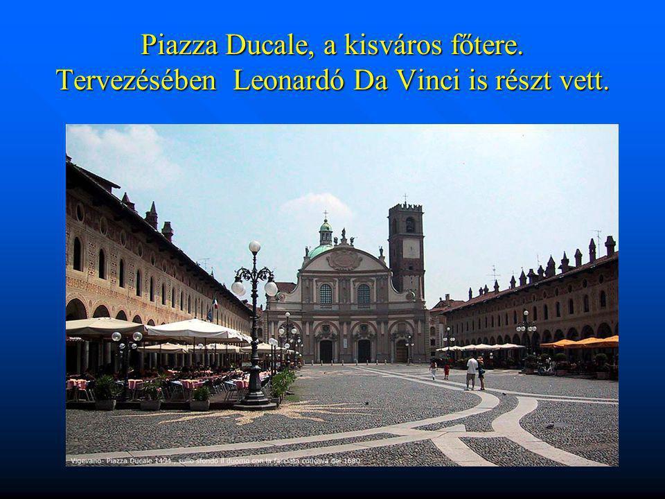 Piazza Ducale, a kisváros főtere. Tervezésében Leonardó Da Vinci is részt vett.
