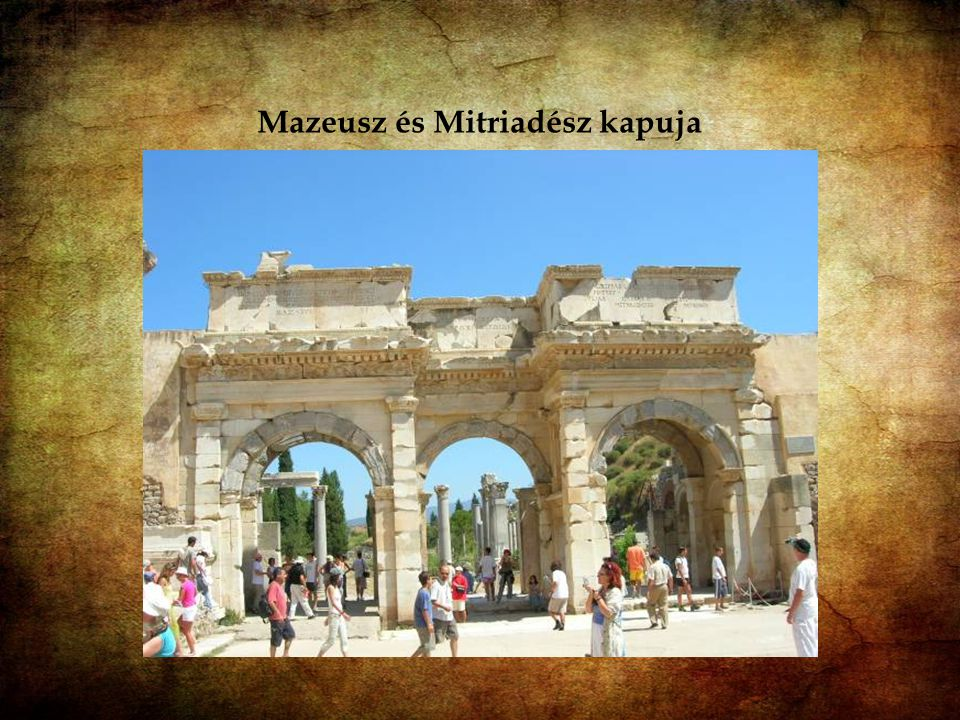 Mazeusz és Mitriadész kapuja : Celsus könyvtára mellett áll a két felszabadított rabszolga, Mazeusz és Mitriadész által emeltetett monumentális kapu.