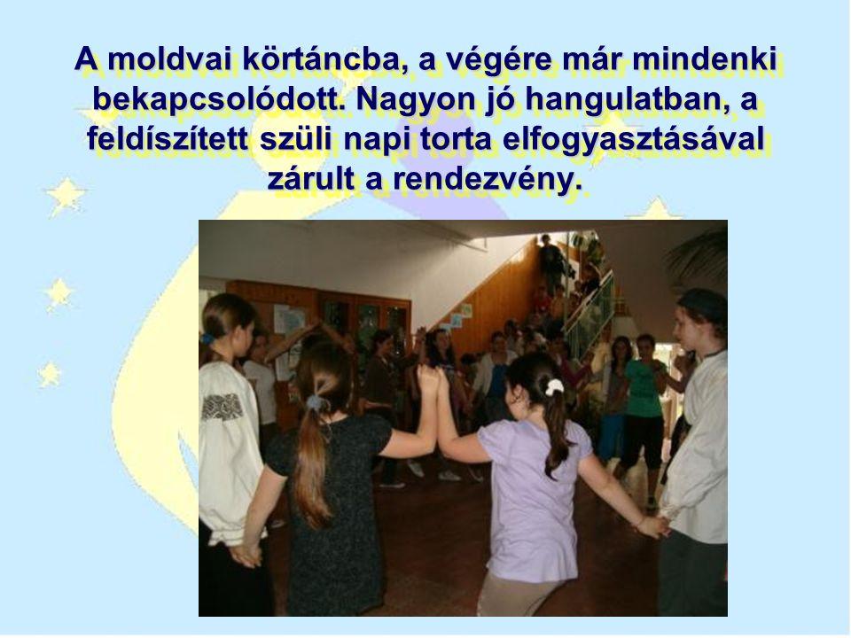 A moldvai körtáncba, a végére már mindenki bekapcsolódott.