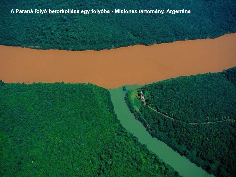 A Paraná folyó betorkollása egy folyóba - Misiones tartomány, Argentina