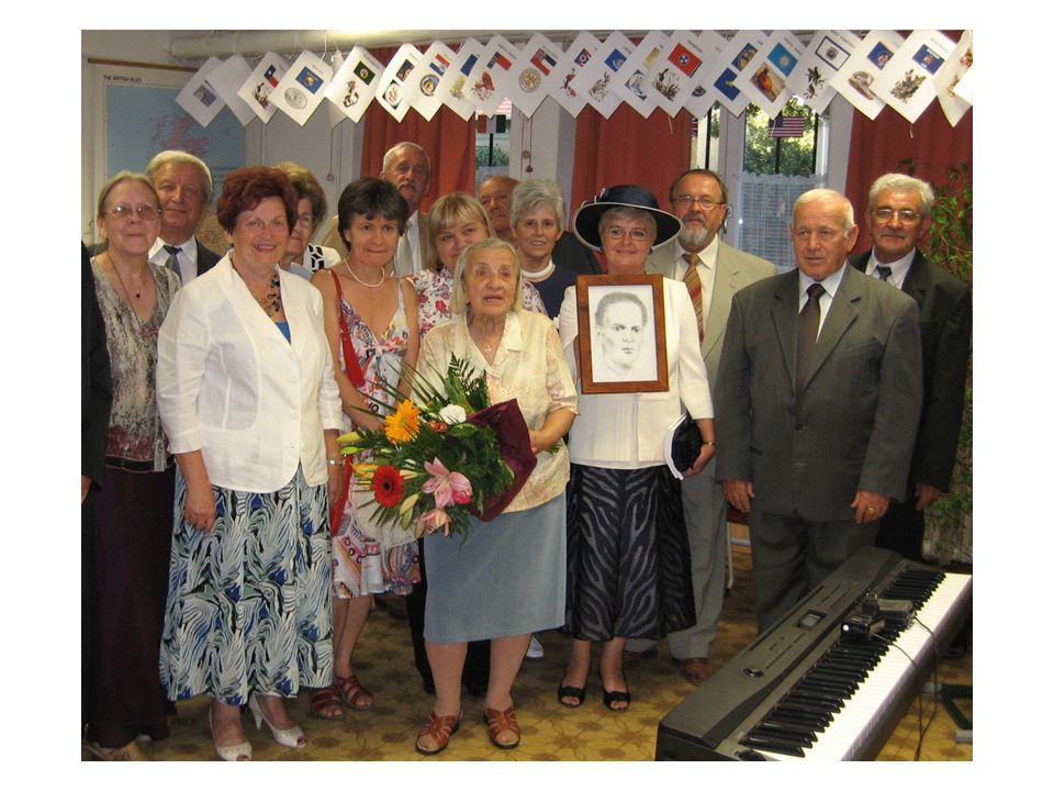 SZABÓ JÁNOS tanterem névadó ünnepe osztályával(1963C) és özvegyével, Magdi nénivel (Révész Klára kezében Szabó tanár úrról készült ifjúkori rajz)