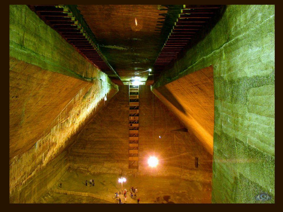 A lépcsők 13 emeletnyi mélységbe ereszkednek le, mindeniken megjelölve a kiásás éve.