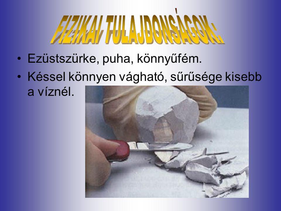 Ezüstszürke, puha, könnyűfém. Késsel könnyen vágható, sűrűsége kisebb a víznél.