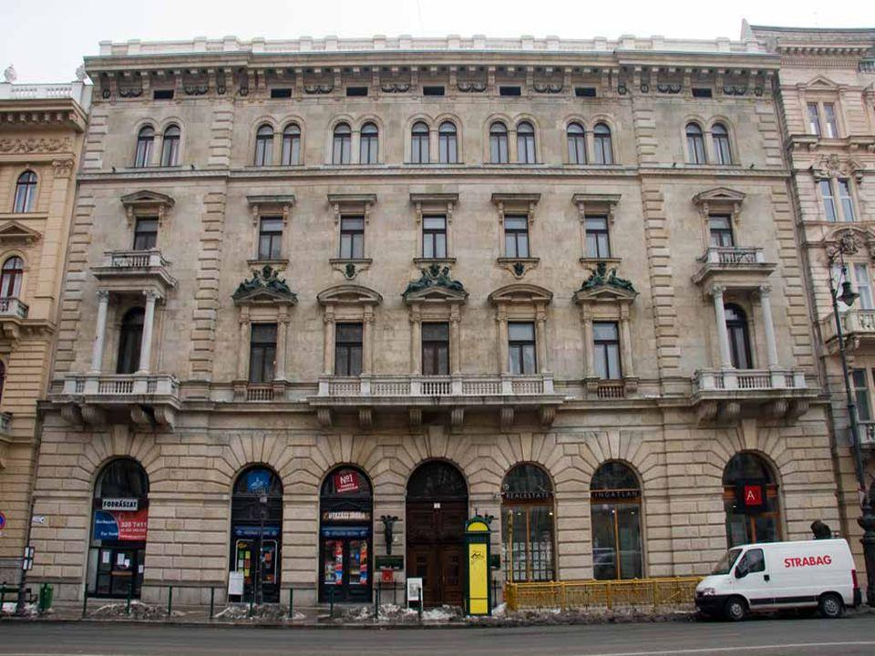 A háromemeletes, eklektikus stílusú bérpalotát Saxlehner András, a Hunyadi János keserűvíz forgalmazója, 1886-ban építtette.