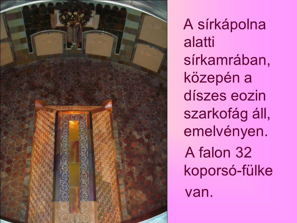 A kápolnából mázas, román oszlopos mellvédű opeion nyíláson át a sírboltba lehet letekinteni.