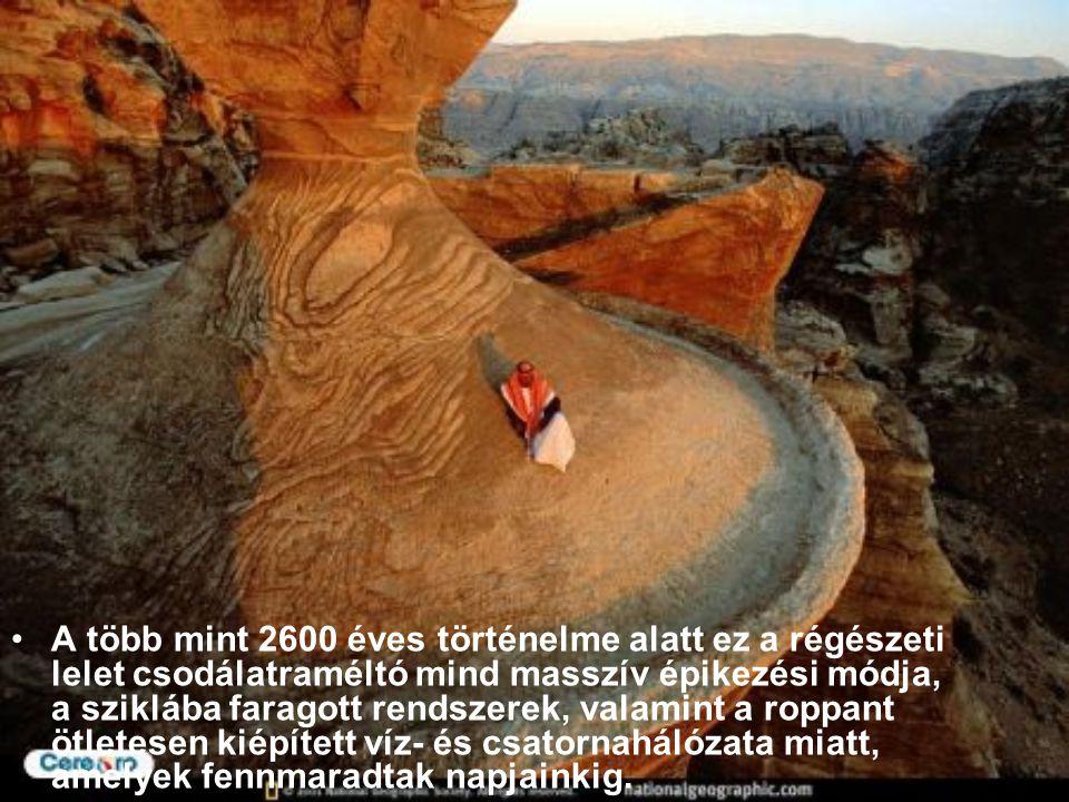 """Az """"elveszett"""" Város, Petra a lenyűgöző, kőbe faragott homlokzataival. Egy mély szurdokvölgyben van, a várost egy gyönyörű szoroson keresztül lehet me"""