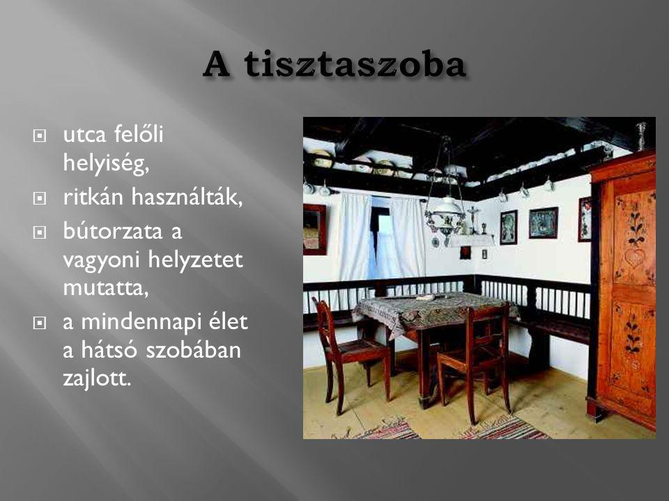  utca felőli helyiség,  ritkán használták,  bútorzata a vagyoni helyzetet mutatta,  a mindennapi élet a hátsó szobában zajlott.