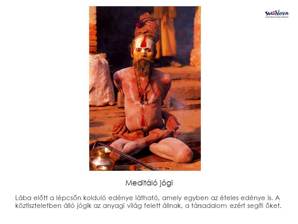 Meditáló jógi Lába előtt a lépcsőn kolduló edénye látható, amely egyben az ételes edénye is.