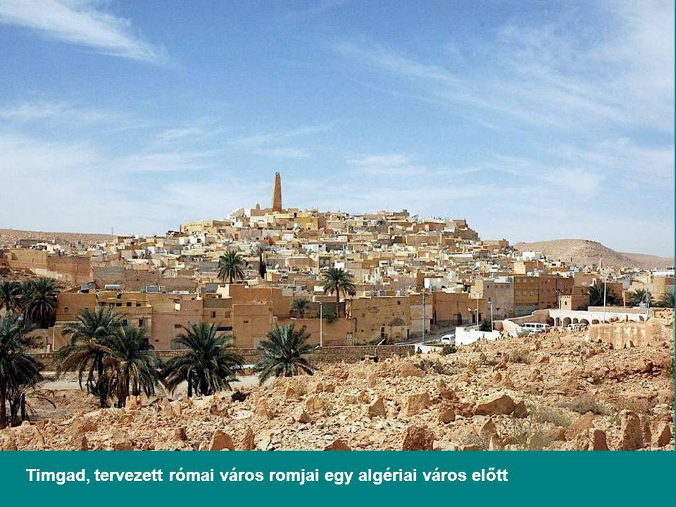 Timgad, tervezett római város romjai egy algériai város előtt