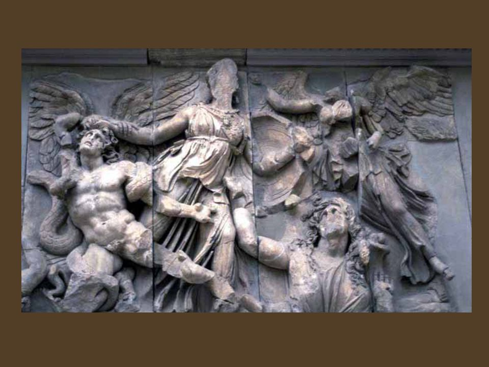 Priene központja, az agóra Az agóra és a középületek – beleértve a különböző templomkerületeket - a négyzetes lakótömbök egészét vagy azok részeit foglalják el.