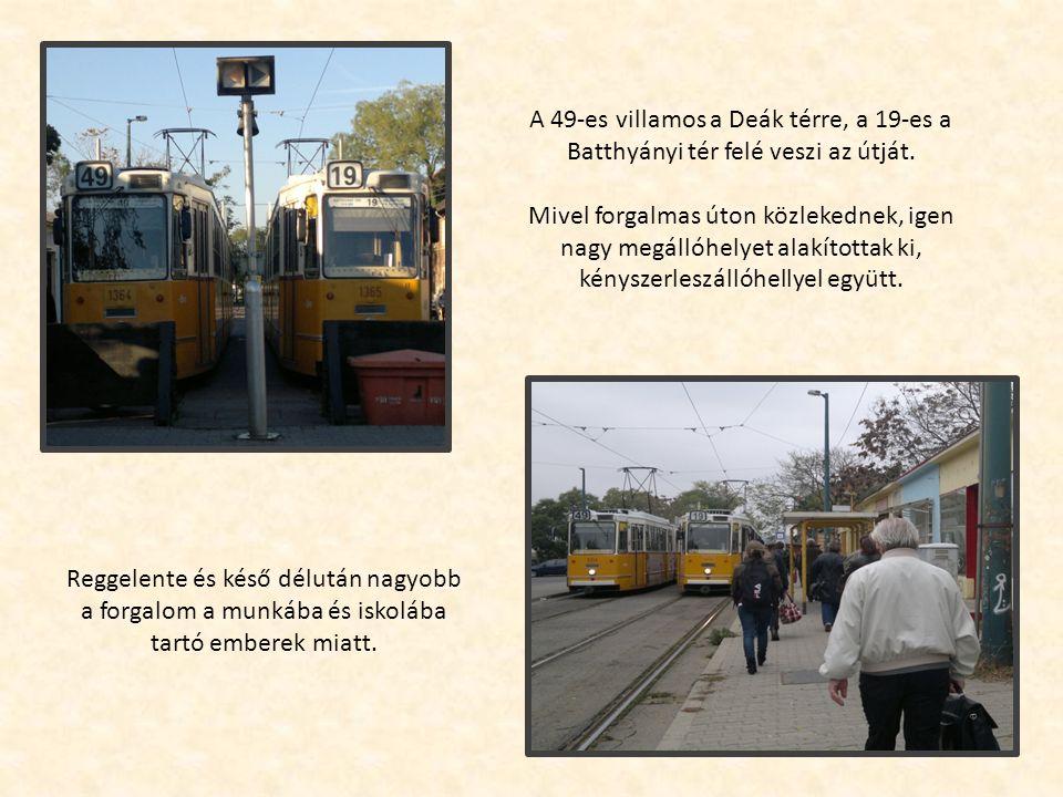 A 49-es villamos a Deák térre, a 19-es a Batthyányi tér felé veszi az útját.