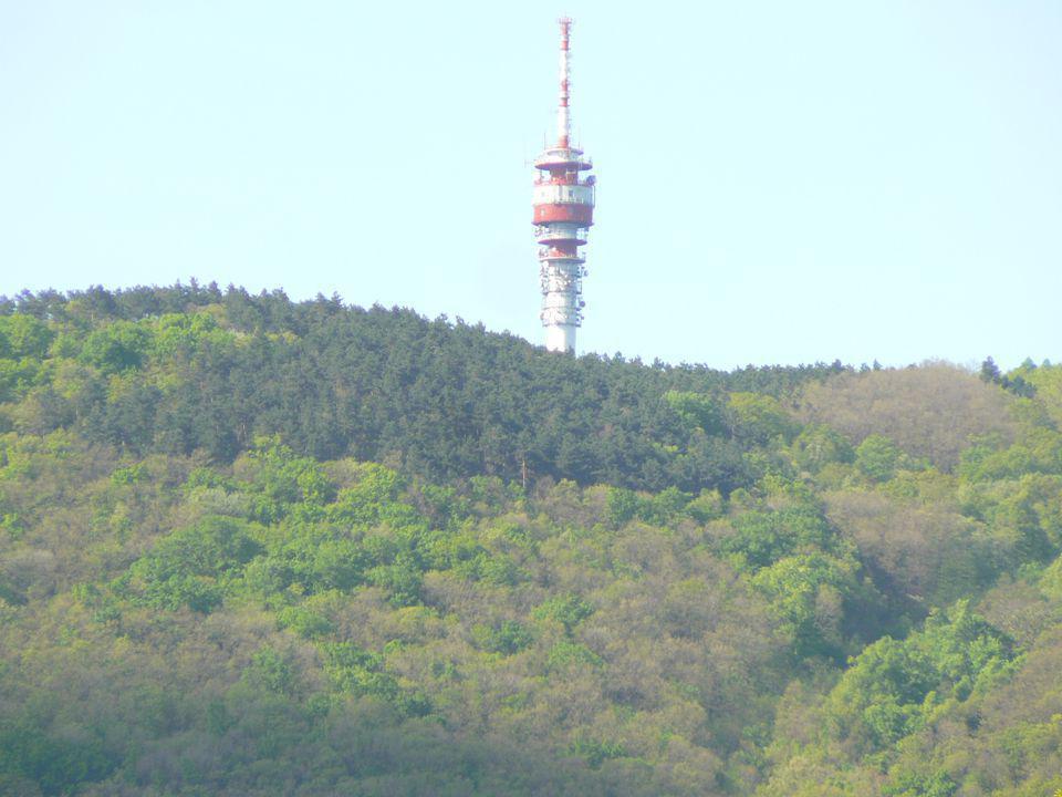 Bevezetés Hiperspektrális távérzékelés: Spektrális felbontás: Több tíz sáv, szűk felbontásban Jellegzetes lefutású spektrumgörbe Szűk elnyelési sávok azonsíthatók Forrás: Műholdas, légifelvételezés, terepi spektroradiométer, labor spektrométer, modellszámítás (kevert pixel), spektrumkönyvtár (endmember) A: LANDSAT, B: DAIS