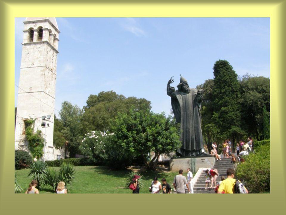 Diocletianus császár palotája északi részén lévő Nini Gergely (Ninski Grgur) IX. századi püspök szobra, az Aranykapunál.