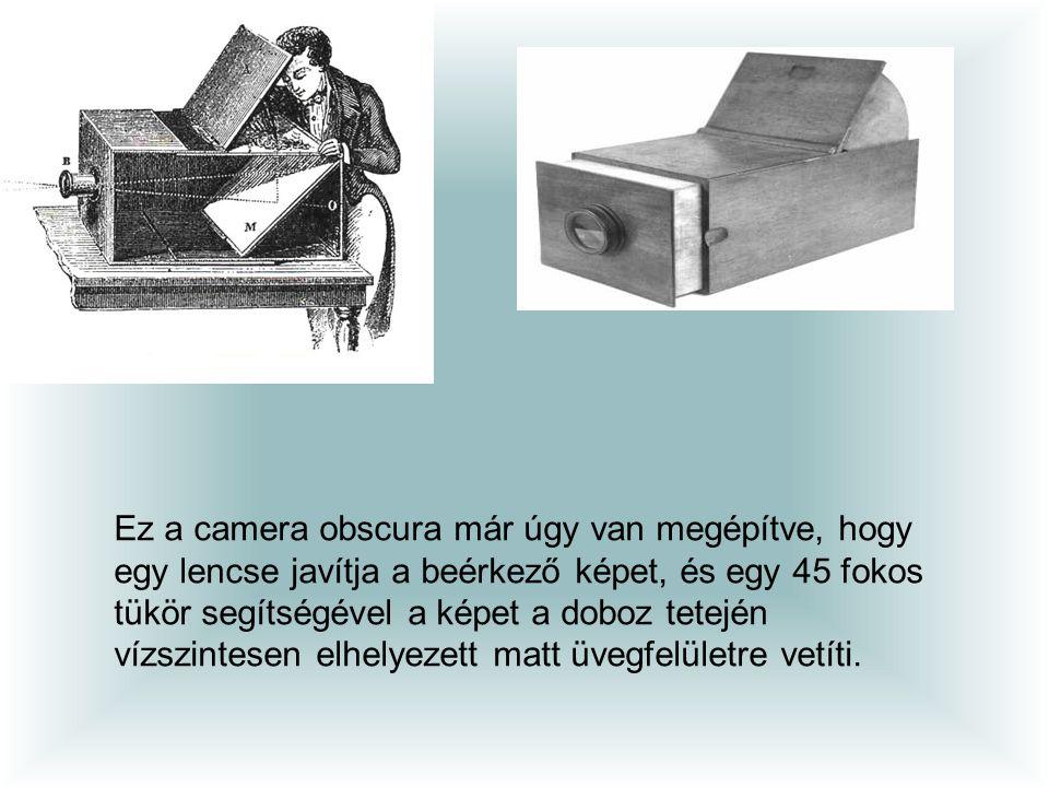 Ez a camera obscura már úgy van megépítve, hogy egy lencse javítja a beérkező képet, és egy 45 fokos tükör segítségével a képet a doboz tetején vízszintesen elhelyezett matt üvegfelületre vetíti.