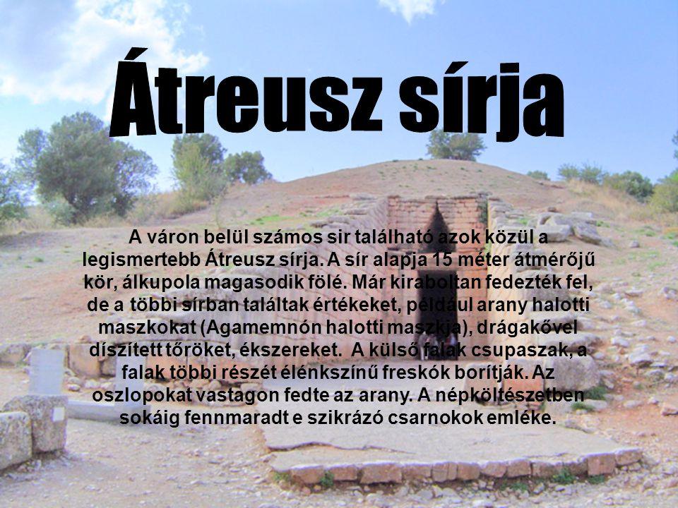 A váron belül számos sir található azok közül a legismertebb Átreusz sírja.