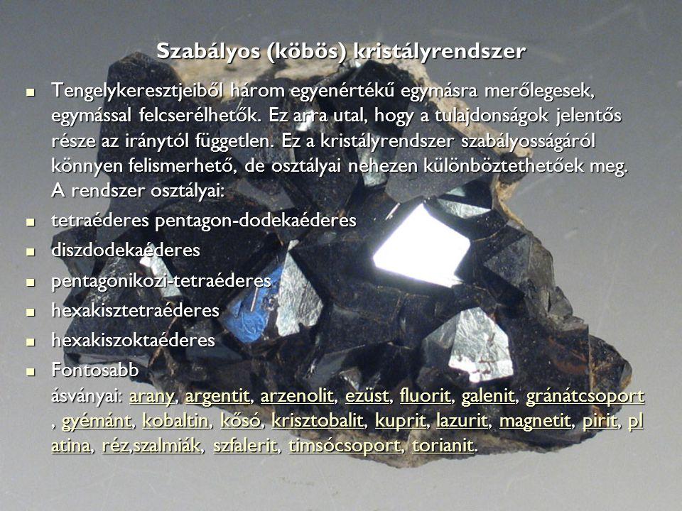 Szabályos (köbös) kristályrendszer Tengelykeresztjeiből három egyenértékű egymásra merőlegesek, egymással felcserélhetők. Ez arra utal, hogy a tulajdo