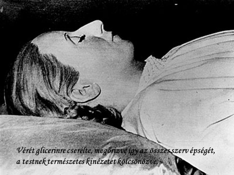 Dr. Pedro Ara anatómia professzor balzsamozta be Evita holttestét. Az eljárás egy évig tartott.