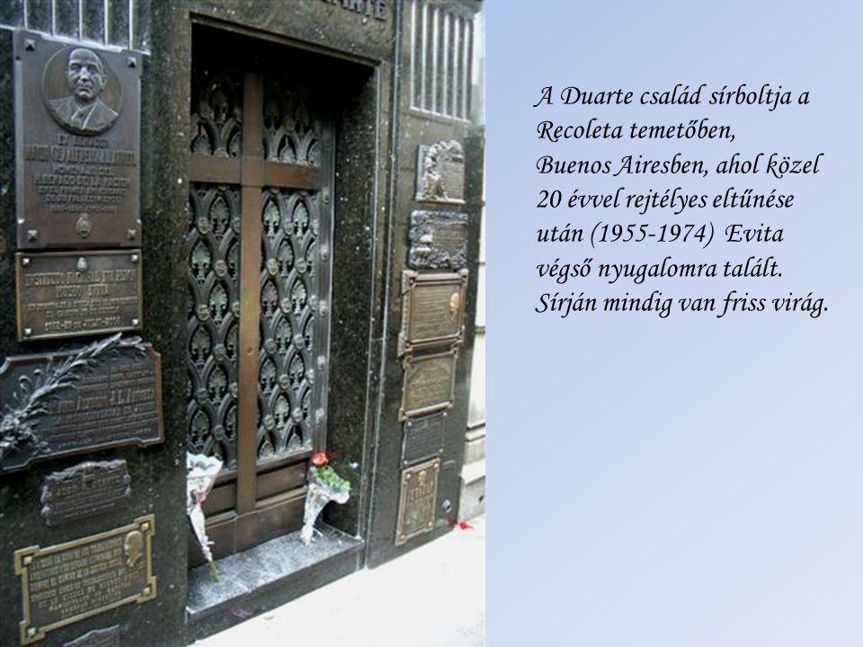 Evita bebalzsamozott holtteste Juan Perón ( † 1974) koporsója mellett. A közel 20 évig Olaszországban rejtegetett holttestet Perón harmadik felesége,