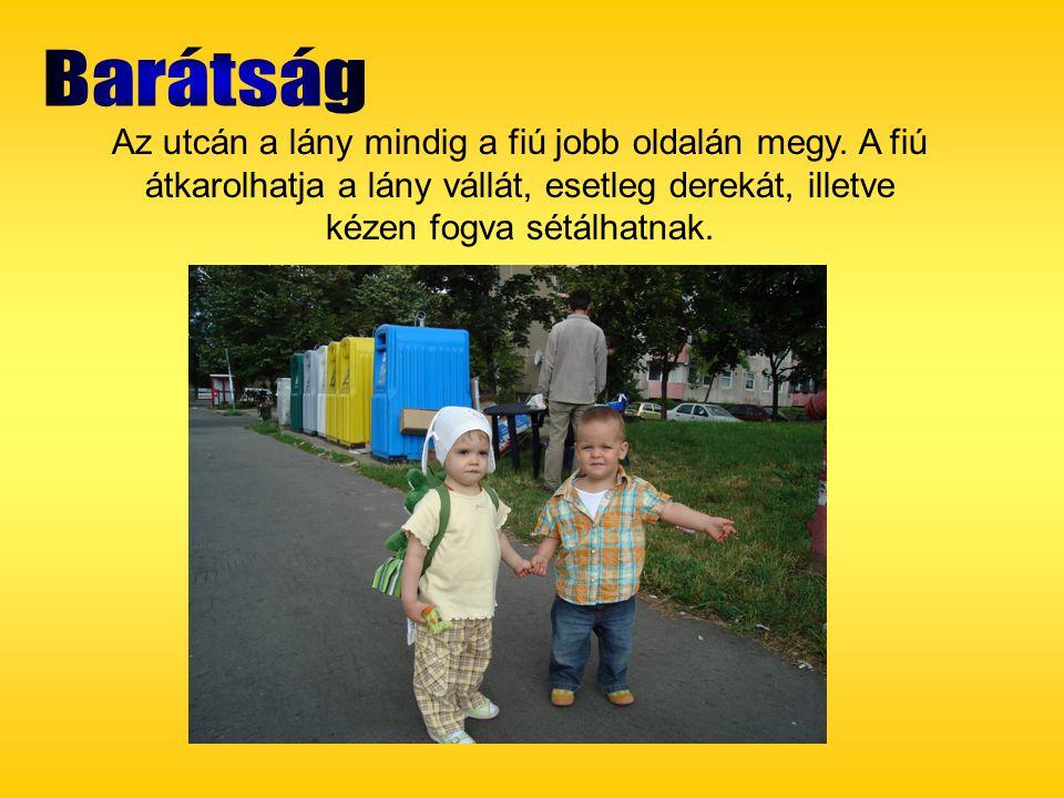 Az utcán a lány mindig a fiú jobb oldalán megy. A fiú átkarolhatja a lány vállát, esetleg derekát, illetve kézen fogva sétálhatnak.