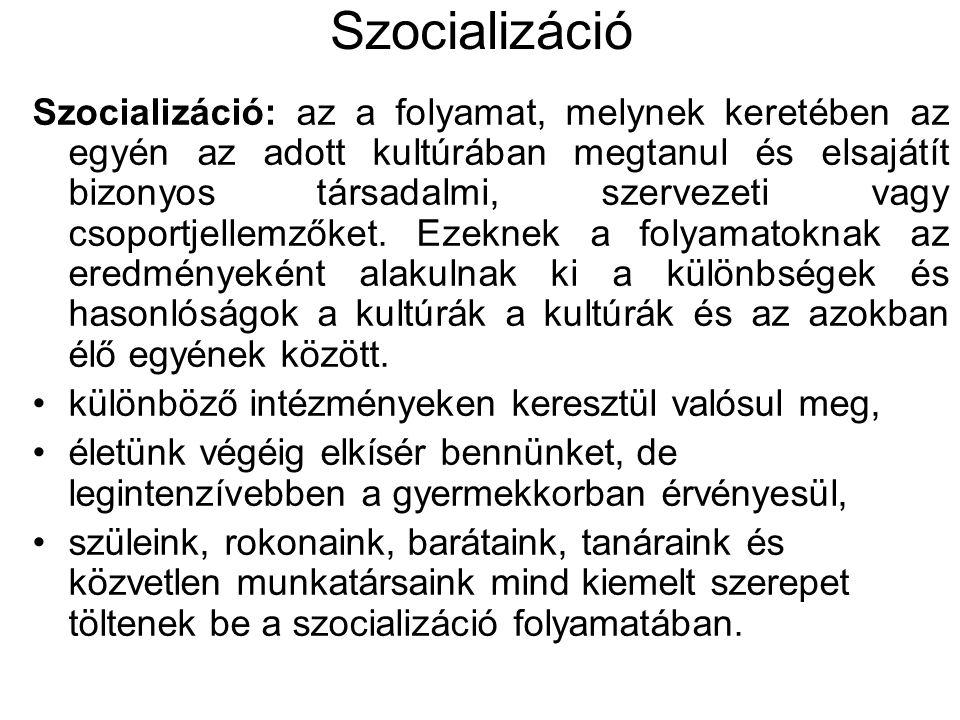 Szocializáció Szocializáció: az a folyamat, melynek keretében az egyén az adott kultúrában megtanul és elsajátít bizonyos társadalmi, szervezeti vagy csoportjellemzőket.