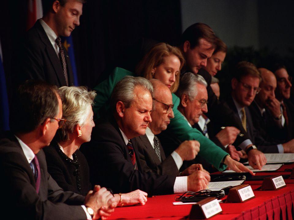 A délszláv háború – Jugoszlávia széthullása 1991-ben kirobban a délszlávháború (1991-2001) Három szakaszra tagolható: - 1991-'95: a szlovénok, horvátok és bosnyákok elleni háborúk; - 1995-'99: az albánok vérengzései Koszovóban; - 1999-: a NATO hadműveletek; Az első szakasz is jól elkülöníthető három további szakaszra: -1991.