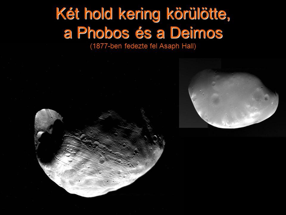 Két hold kering körülötte, a Phobos és a Deimos Két hold kering körülötte, a Phobos és a Deimos (1877-ben fedezte fel Asaph Hall)