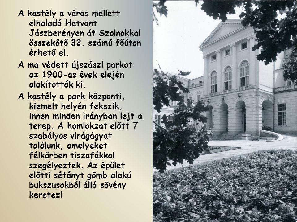 A kastély a város mellett elhaladó Hatvant Jászberényen át Szolnokkal összekötő 32.