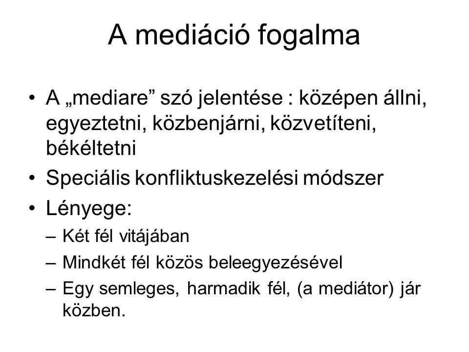"""A mediáció fogalma A """"mediare"""" szó jelentése : középen állni, egyeztetni, közbenjárni, közvetíteni, békéltetni Speciális konfliktuskezelési módszer Lé"""