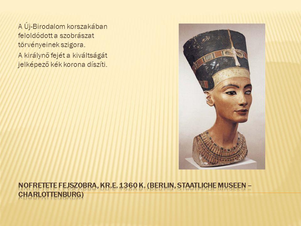 A Új-Birodalom korszakában feloldódott a szobrászat törvényeinek szigora. A királynő fejét a kiváltságát jelképező kék korona díszíti.