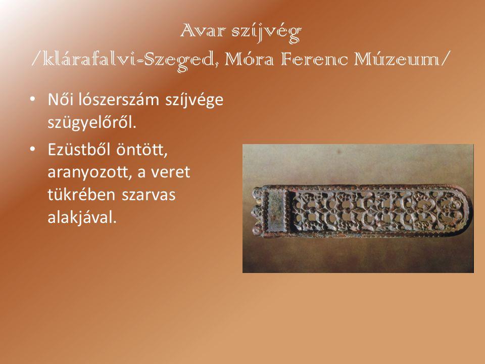 Avar szíjvég /klárafalvi-Szeged, Móra Ferenc Múzeum/ Női lószerszám szíjvége szügyelőről. Ezüstből öntött, aranyozott, a veret tükrében szarvas alakjá