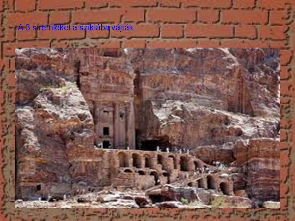 A 3 síremléket a sziklába vájták.