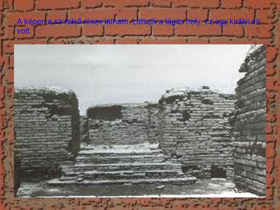 A képen a sír felső része látható. Látszik a tágas hely, ez egy királyi sír volt.