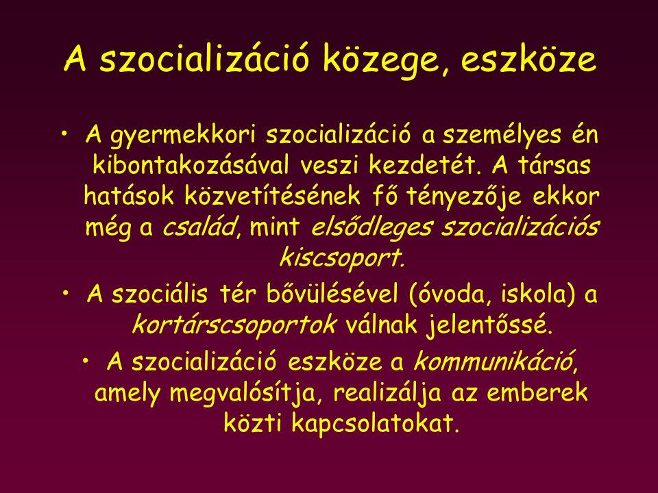 A szocializáció közege, eszköze A gyermekkori szocializáció a személyes én kibontakozásával veszi kezdetét. A társas hatások közvetítésének fő tényező