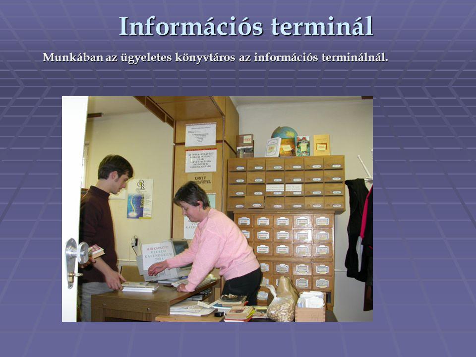 Munkában az ügyeletes könyvtáros az információs terminálnál. Információs terminál