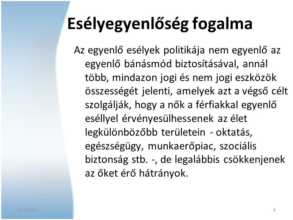 07/11/09 4 Esélyegyenlőség fogalma Az egyenlő esélyek politikája nem egyenlő az egyenlő bánásmód biztosításával, annál több, mindazon jogi és nem jogi