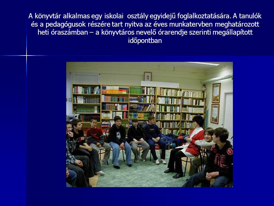 A könyvtár alkalmas egy iskolai osztály egyidejű foglalkoztatására.