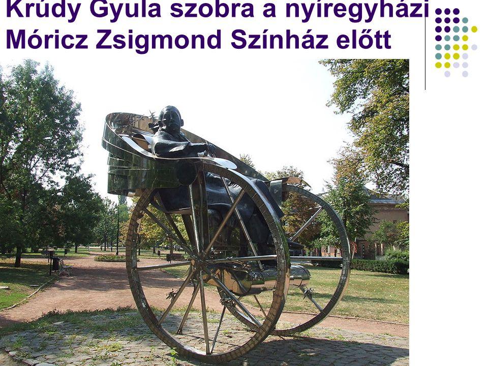 Krúdy Gyula szobra a nyíregyházi Móricz Zsigmond Színház előtt