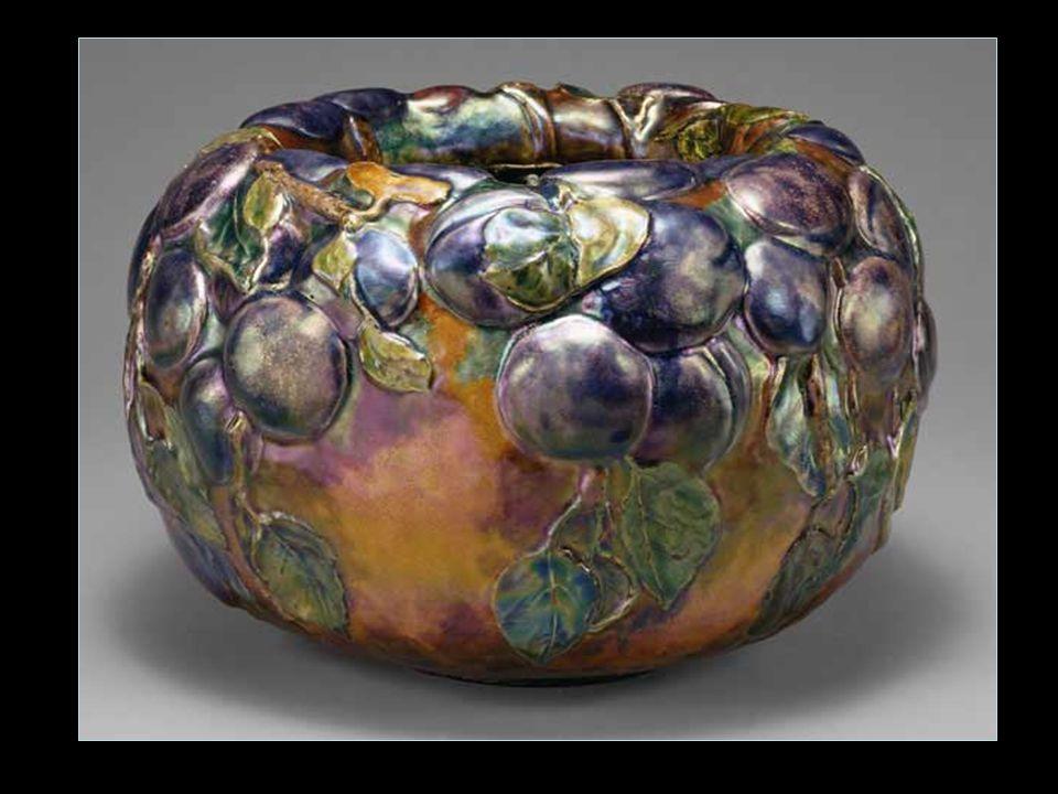 Zománcok Tiffany munkájának egy része a zománc felhasználása, zománcos tárgyak készítése.